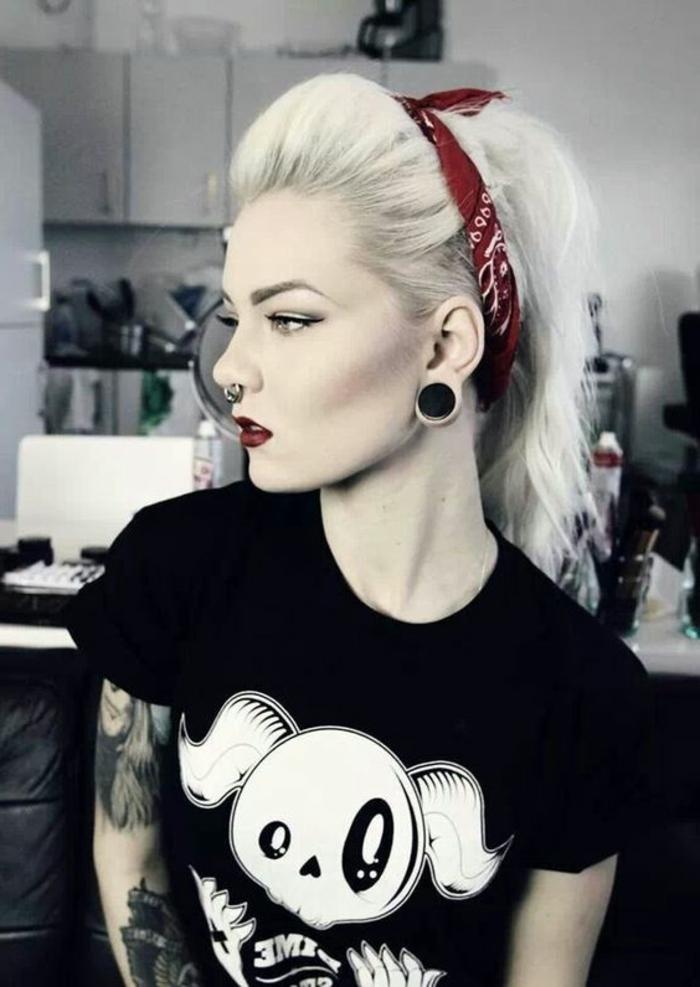 schwarzes t-shirt, blonde, offene haare mit bandana