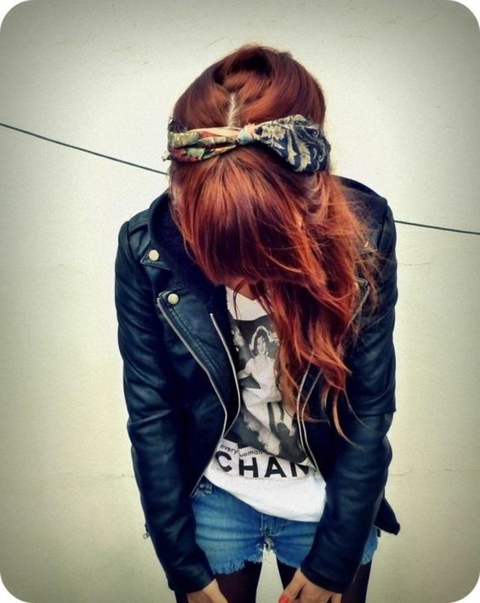 jeans, weißes t-shirt, rote lockige haare, schwarze lederjacke