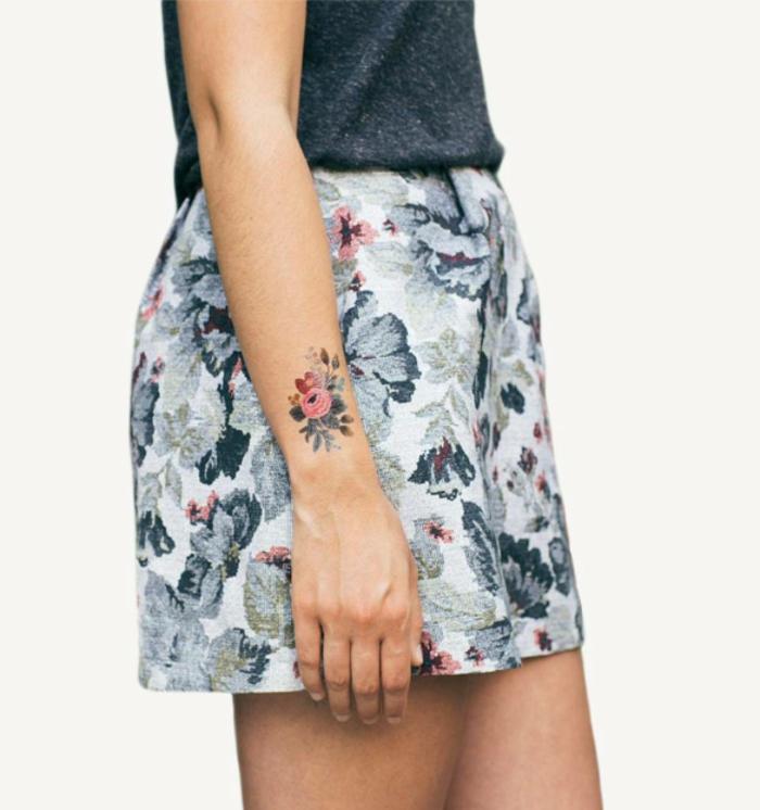 tattoo vorlagen frauen buntes kleines tattoo auf arm tattoo print wie der rock kurzer rock mit stirt