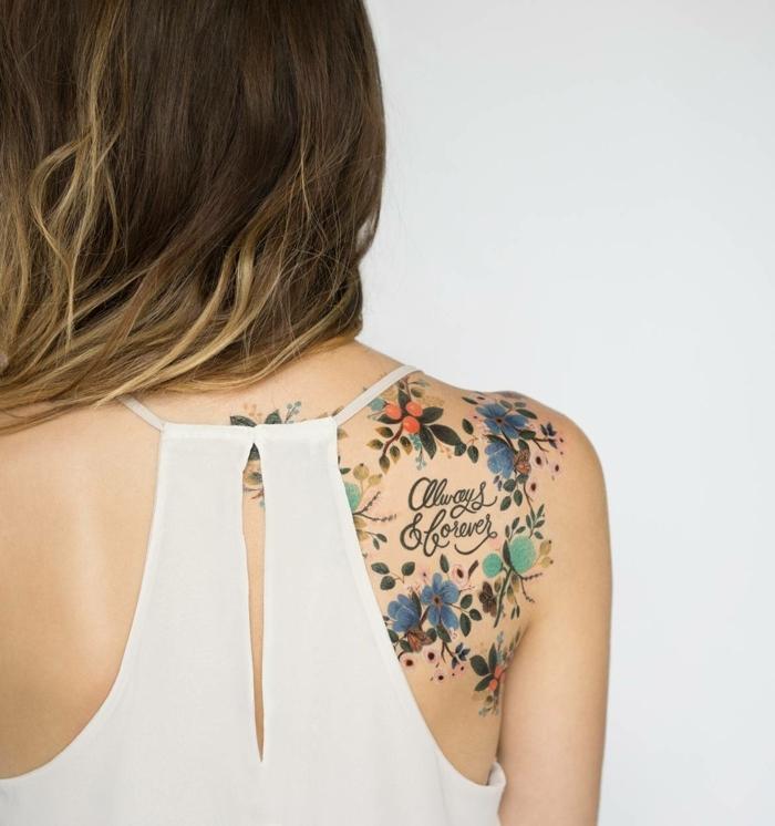 tattoo vorlagen frauen wunderschönes buntes tattoo am schulter einer frau lange haare weißer top