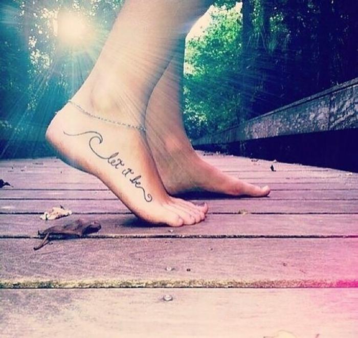 tattoo vorlagen frauen armband für bein rosa farben grüne farbe bäume blätter sonne sonnenschein