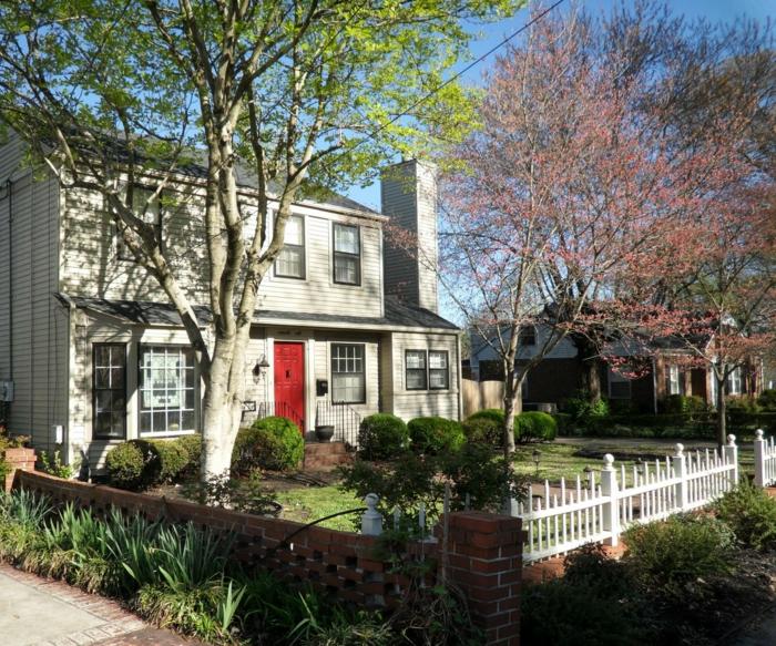 zwei Bäume mit grünen und roten Blätter kleine Hecke und kleiner Zaun - Vorgarten Ideen