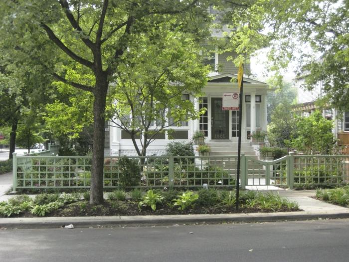 grüner niedriger Zaun, Bäume drinnen und draußen - Vorgarten Ideen