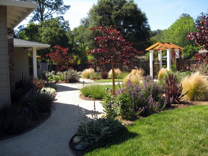symmetrische Gestaltung mit zwei Zierbäume und verschiedene Blumenarten