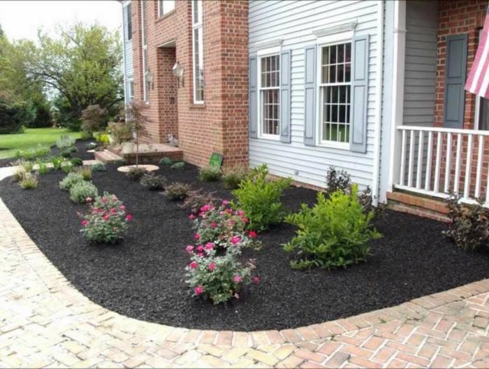 Blumenbeeten auf schwarzen Grund der später mit Grass gedeckt wird - Vorgarten Ideen