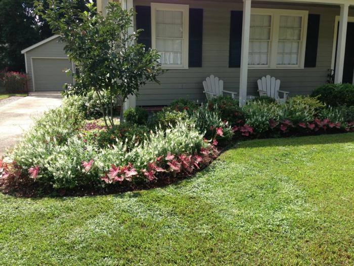 ein Haus mit Veranda, rote Blumen und ein Busch - Vorgarten Ideen