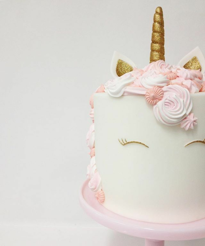 schöne weiße einhorn torte - idee für einhorn torten
