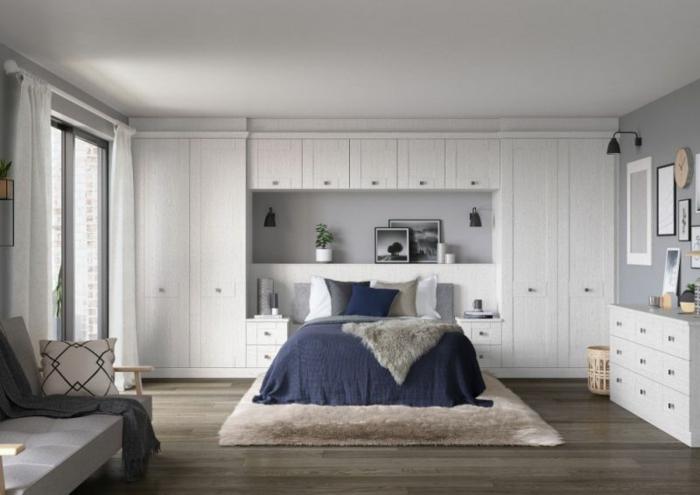 küchenfronten und möbelfronten weiße fronten in dem schlafzimmer pelz felldecke schlafzimmer