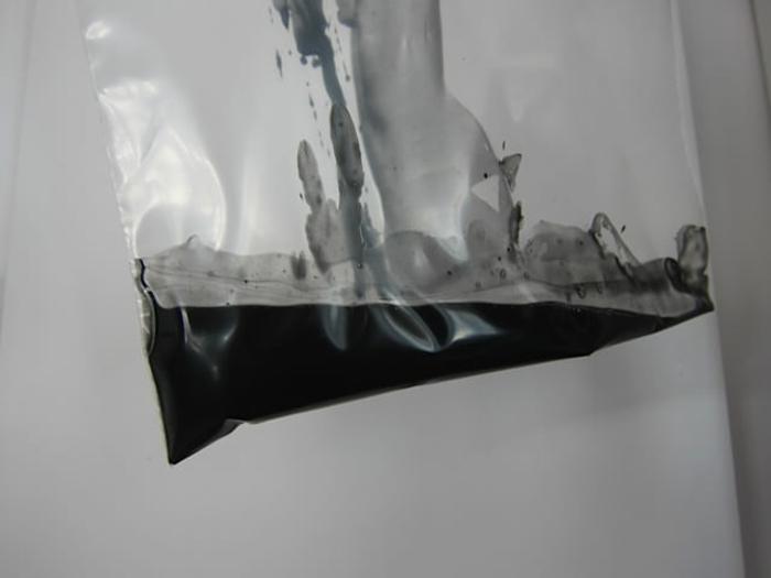 Kokosöl Kosmetik selber machen - DIY schwarze Wimperntusche in einer Plastiktüte
