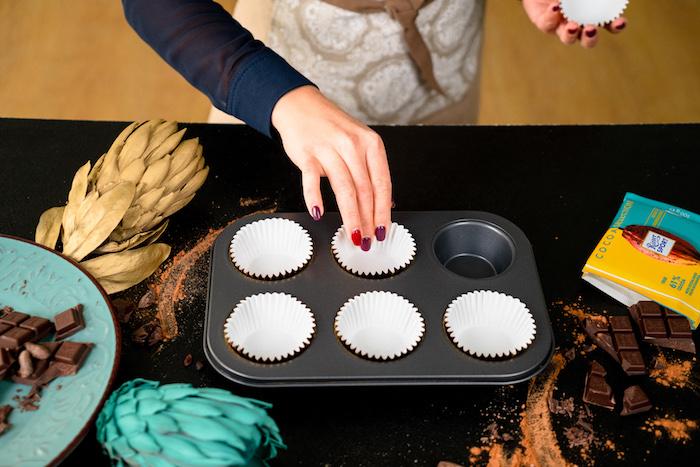 Die Muffinform mit Papiertütchen auslegen, Schoko Cupcakes selber backen