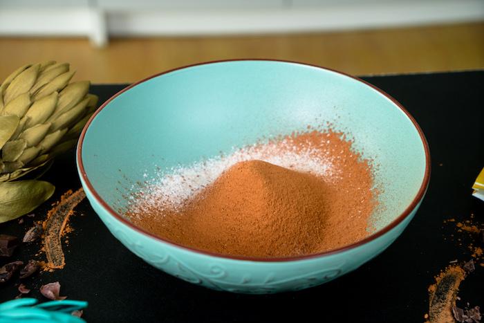 Weizenvollkornmehl und Kakaopulver sieben, Cupcakes Rezept Schritt für Schritt