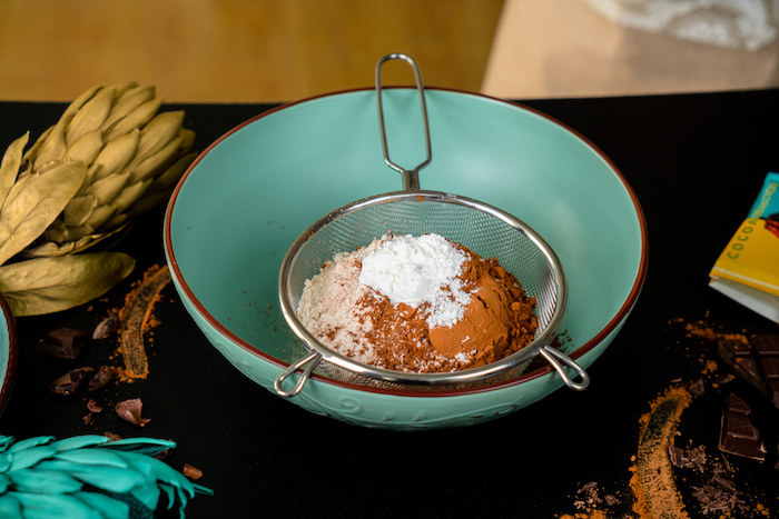 Weizenvollkornmehl Backpulver und Kakao mischen und sieben, Cupcakes Rezept einfach