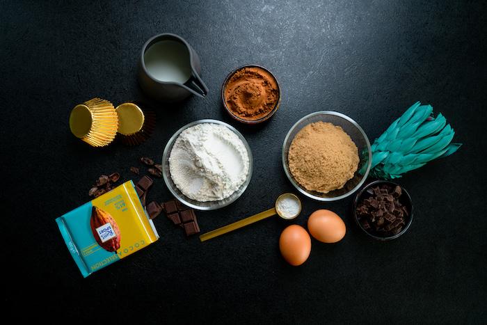 Zutaten für Schoko Cupcakes, Weizenvollkornmehl und Backpulver, Kokosblütenzucker und Kakaopulver, Milch und Eier