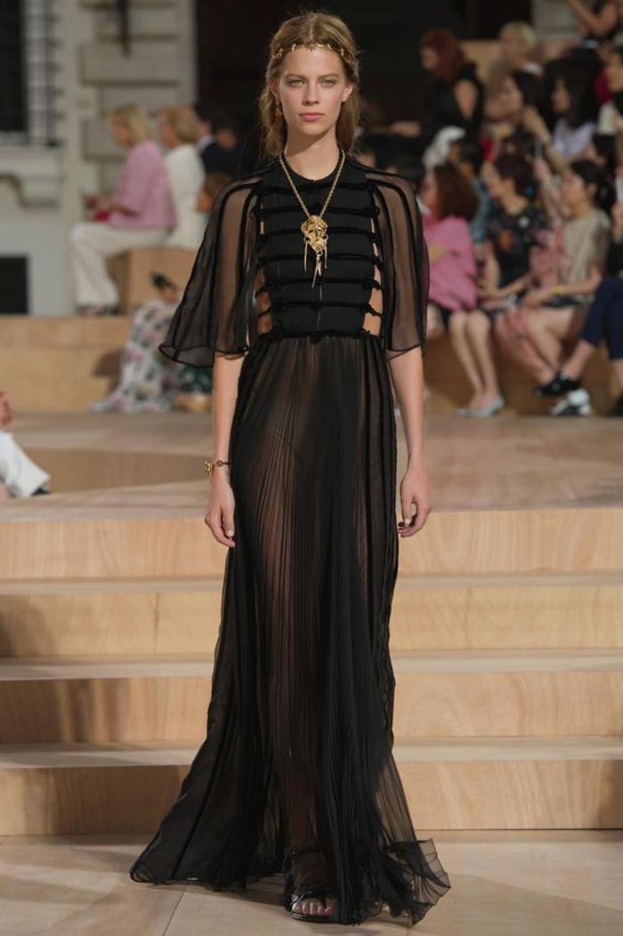 schwarzes kleid, eng und lang, mit aermeln, kombination mit goldenem schmuck, lange kette