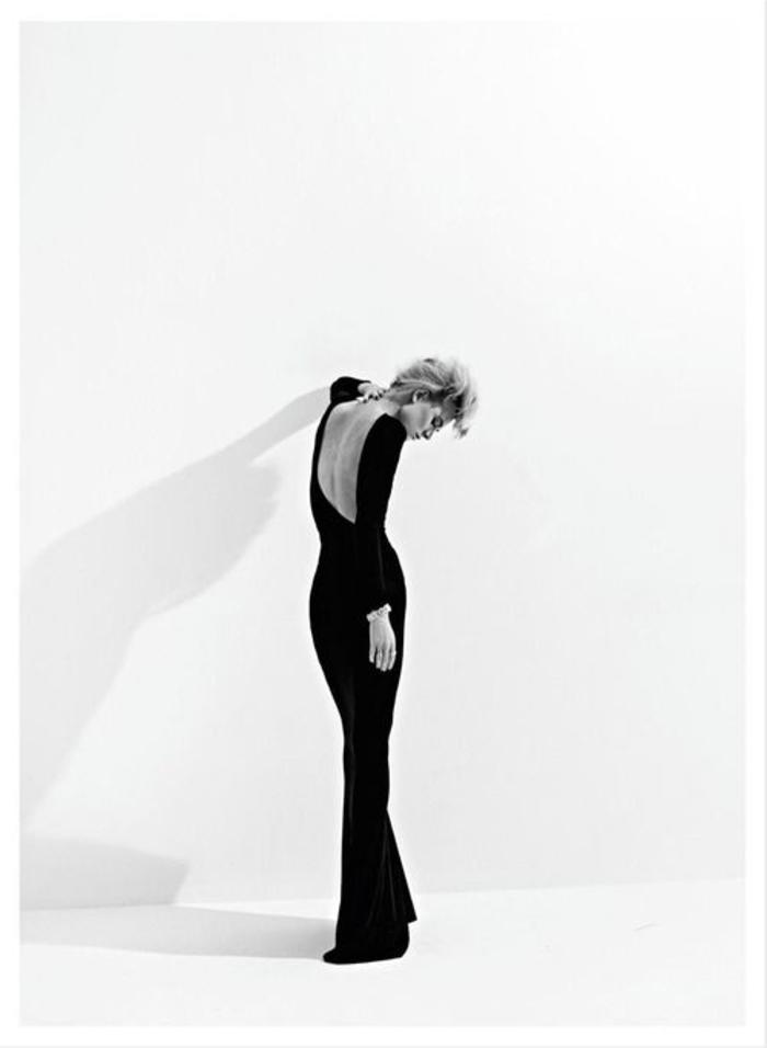 schwarzes kleid, mit nackten ruecken, lang und eng, mit aermeln