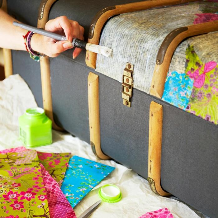 servietten für serviettentechnik mit pinken blumen - grüne flasche mit serviettenkleber, koffer und pinsel