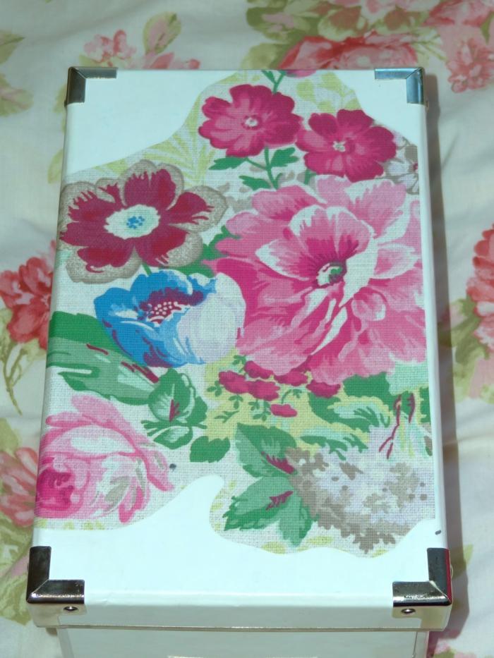 servietten für serviettentechnik mit roten und pinken und blauen blumen