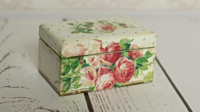 serviettentechnik auf holz - kiste mit servietten mit roten rosen