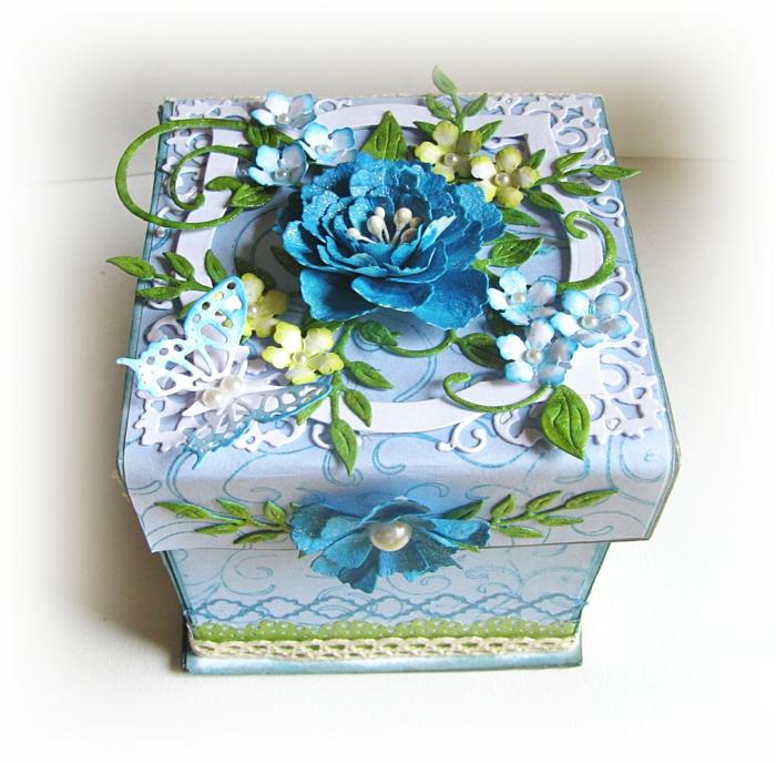 serviettentechnik - eine blaue kiste mit servietten und blauen blumen
