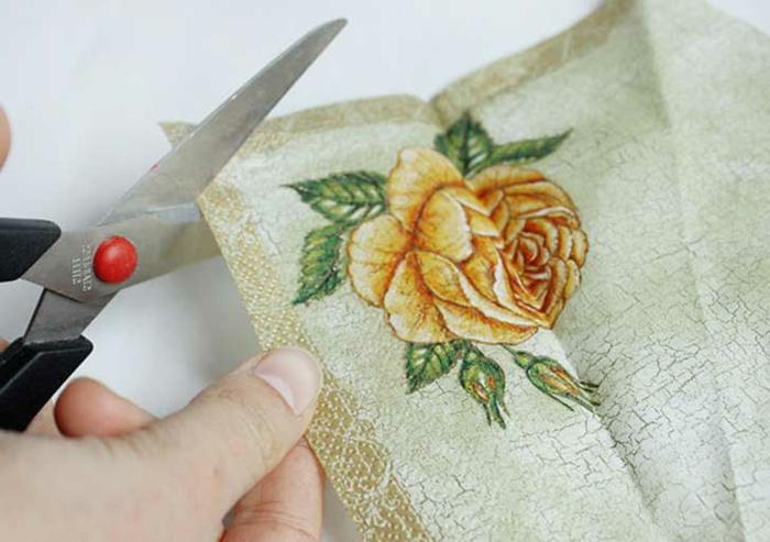 serviettentechnik - hier ist eine schere und eine serviette mit einer gelben rose