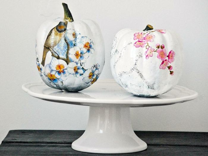 serviettentechnik - zwei weiße kürbisse mit schönen blumen und einem vogel, weiße schüssel