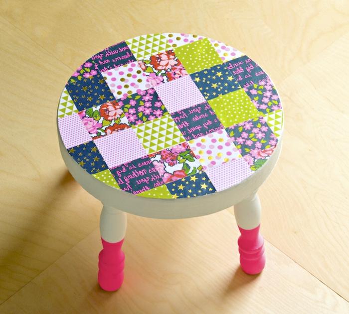 stuhl mit grünen, pinken und lila servietten