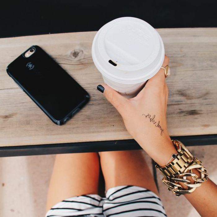 tattoo motive frau trinkt kaffee armband armbanduhr tattoo handy kurze hose kariert ring nagel