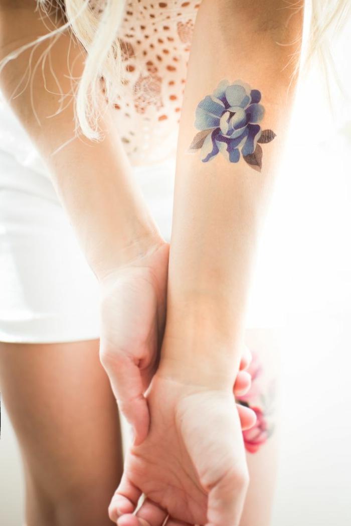 tattoo motive frau dezentes tattoo in blauer farbe weiße bluse aus spitze und wolle deko ideen