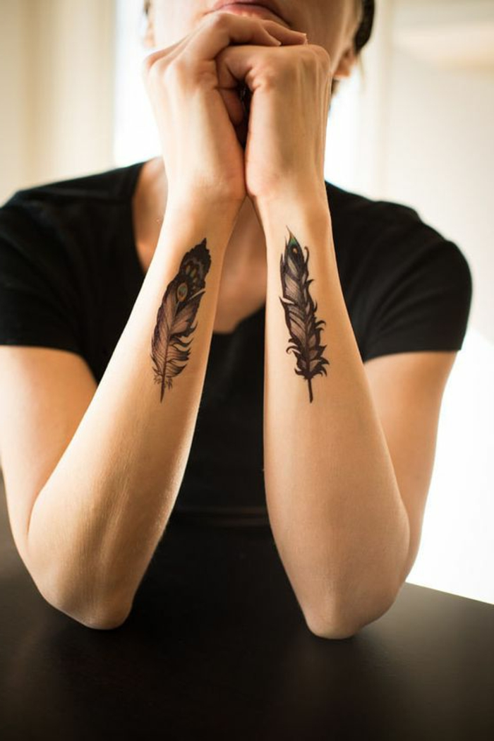 tattoo muster idee feder deko auf die beiden arme schwarzes t-shirt frau dezente idee tattoo