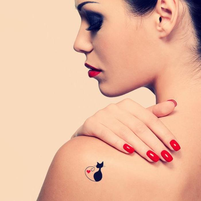 tattoo muster kleines tattoo bild von einer katze in schwarzer farbe mit herz deko element rot lippen nägel