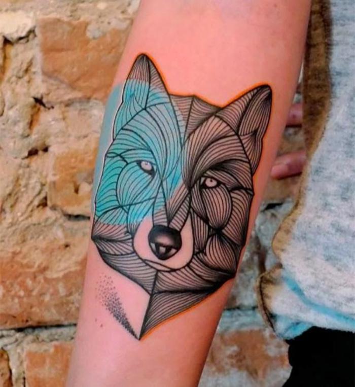 tattoo muster wolf hund oder was für ein tier ist das buntes tier blau rosa farben auf arm malen
