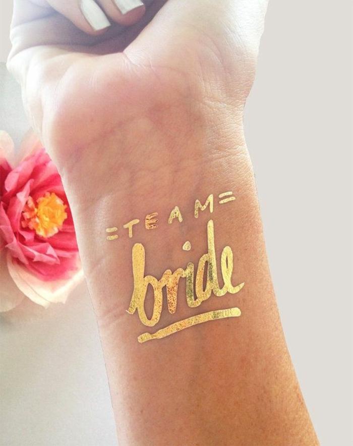 tattoos motive braut überraschungsparty alle mädels gehen zusammen feiern minitattoo golden