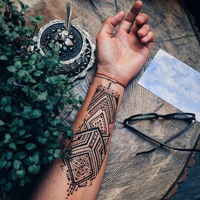 tattoos motive dezente motive auf dem arm zeichnen brille zucker holz pflanze grüne pflanzen