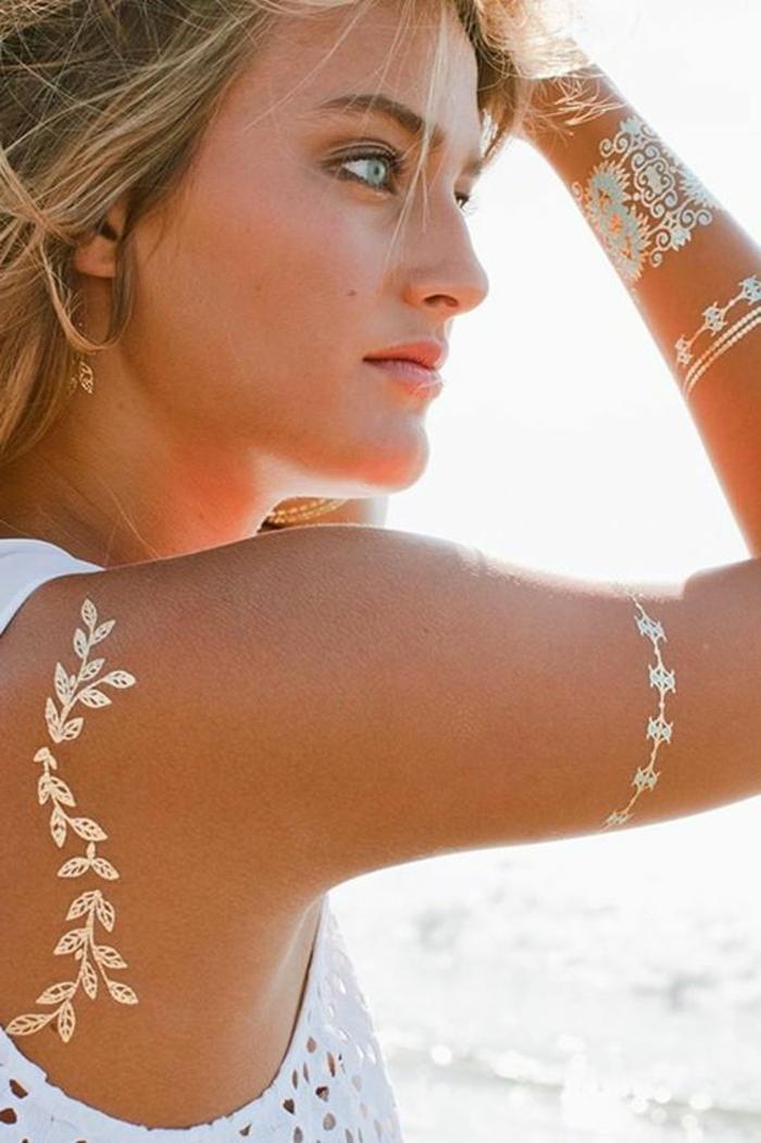 tattoos motive goldene kleine blätter sommer fühlen heißes wetter genießen blaue augen armband