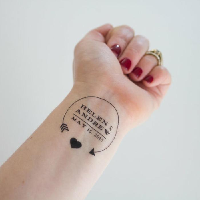 kleine tattoo ideen die hochzeit auf der hand tätowieren herzchen ring rotes nageldesign maniküre