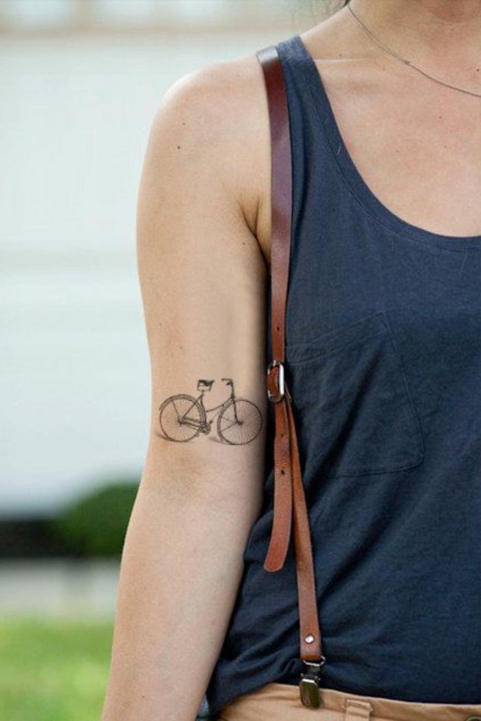 kleine tattoo ideen fahrrad fahren und rad auf dem arm tätowieren tattoo idee hosenträger frau outfit