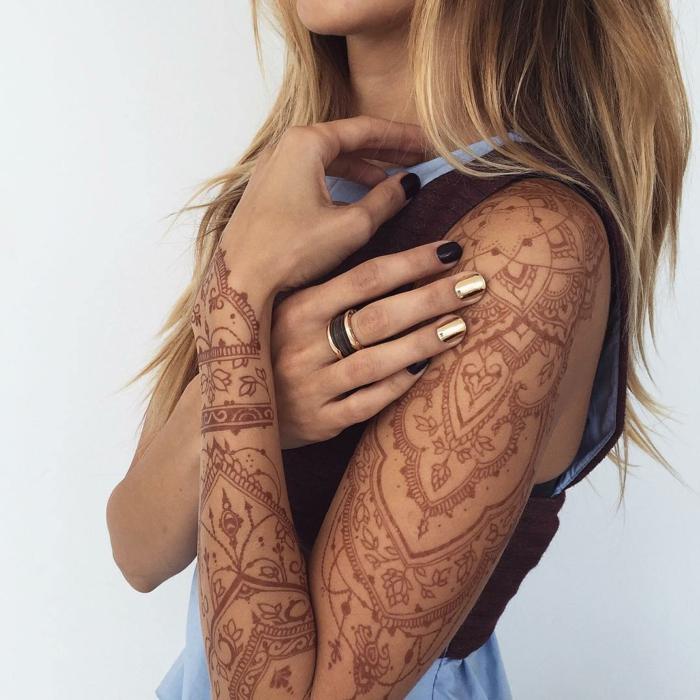 tattoo vorlagen lange tattoo auf dem ganyen arm brauner farbe henna temporre tattoos maniküre ring
