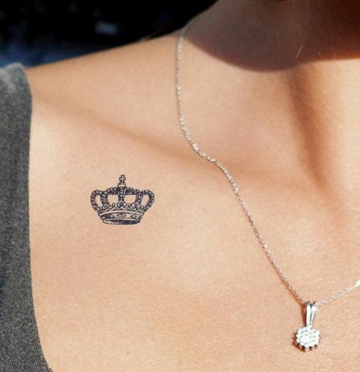 tattoo vorlage kleine krone symbolisiert die stärke und die große lieben einer frau kette mit anhänger