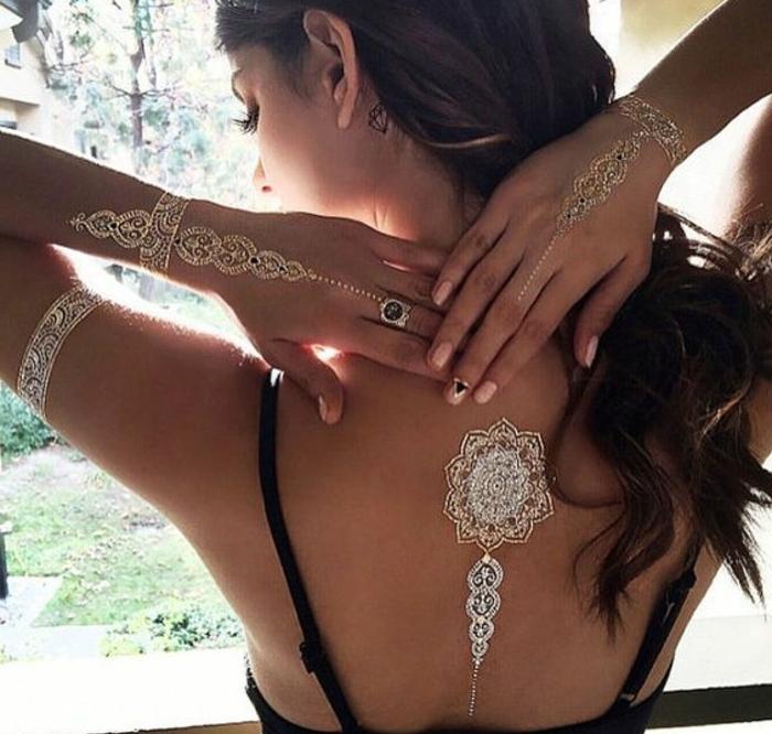 tattoos frau dezente motive auf dem körper von einer frau ringe armbänder deko ideen diamant