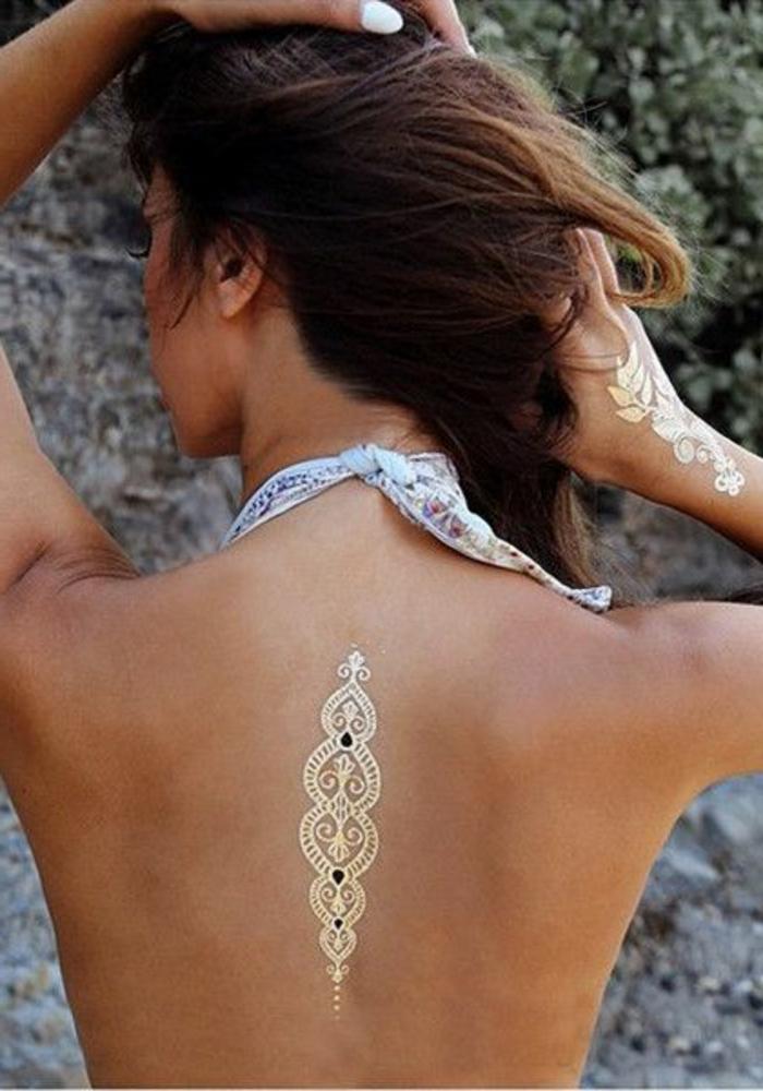 tattoos frau goldene farben tattoos auf rücken und hand dekoration für körper halstuch strand
