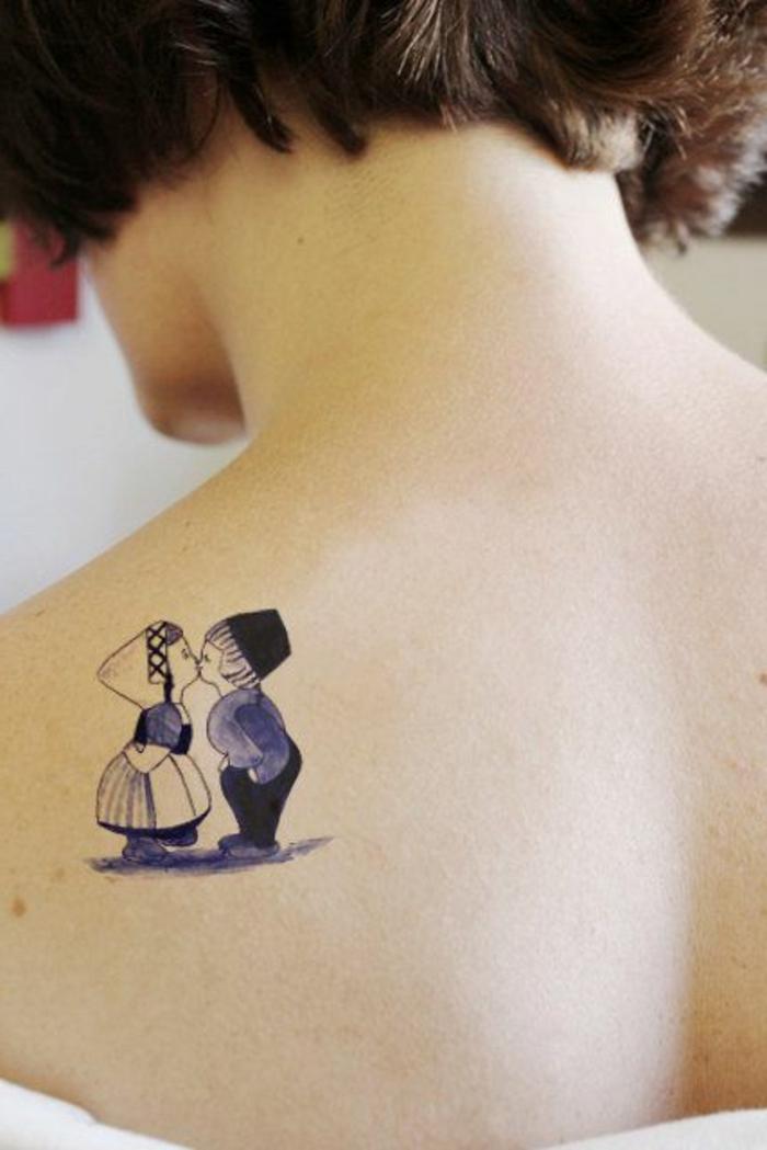 tattoos frau romantische kleine tattoo-ideen mädchen und junge küssen einander retro stil tattoo dezent