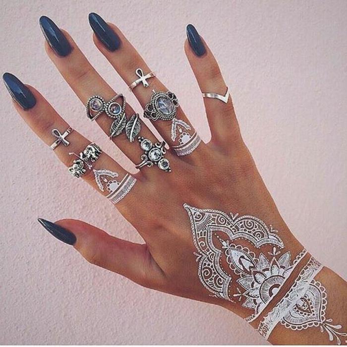 kleine tattoo ideen weiße motive in form von henna tattoo gestalten ausgefallene ringe und nageldesign