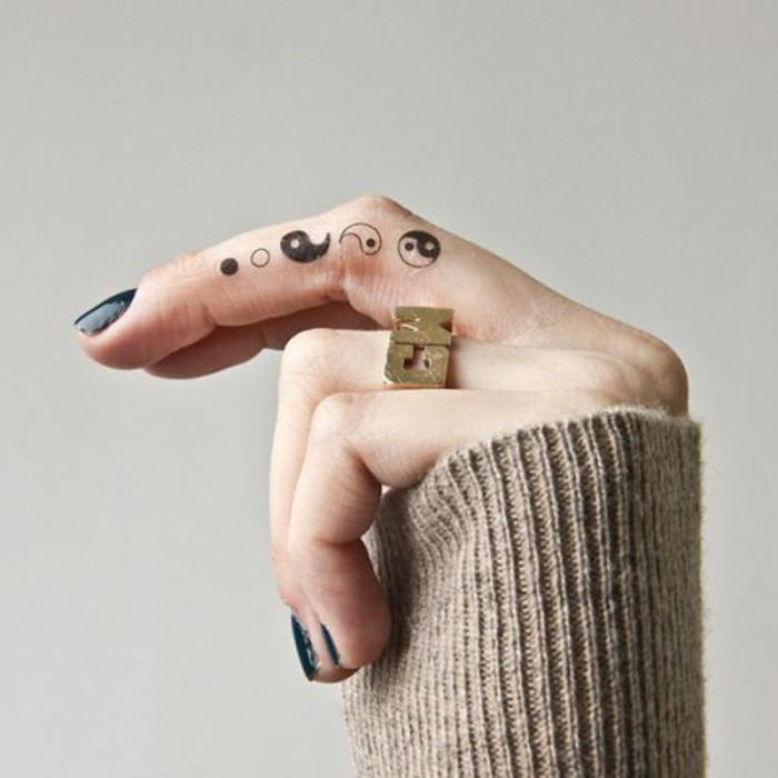 kleine tattoo ideen yin und yang punkte schwary und weiß nageldesign in schwarzer farbe ring