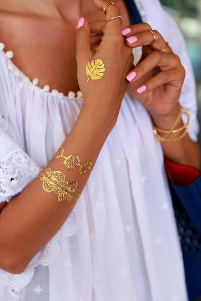tattoo vorlage goldene armbänder werden durch tattoos ersetzt golden blatt ringe rosa maniküre