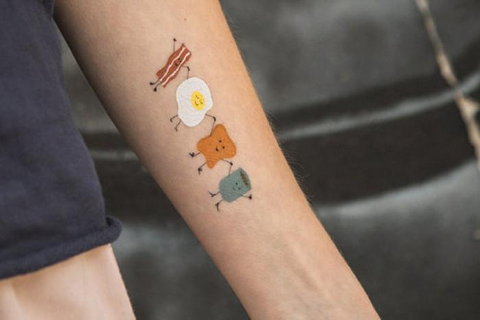 tattoo vorlage buntes tattoo zeigt was man zum frühstück am besten mag spiegelei brot kaffee fleisch