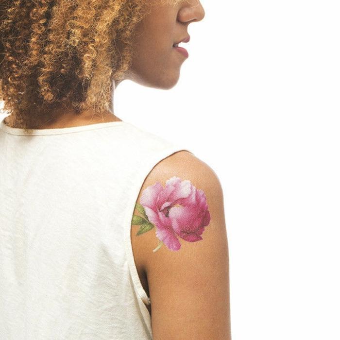 tattoo motive bunte tattoo ideen inspiration für frauen sich wie eine schöne rose fühlen lockige haare