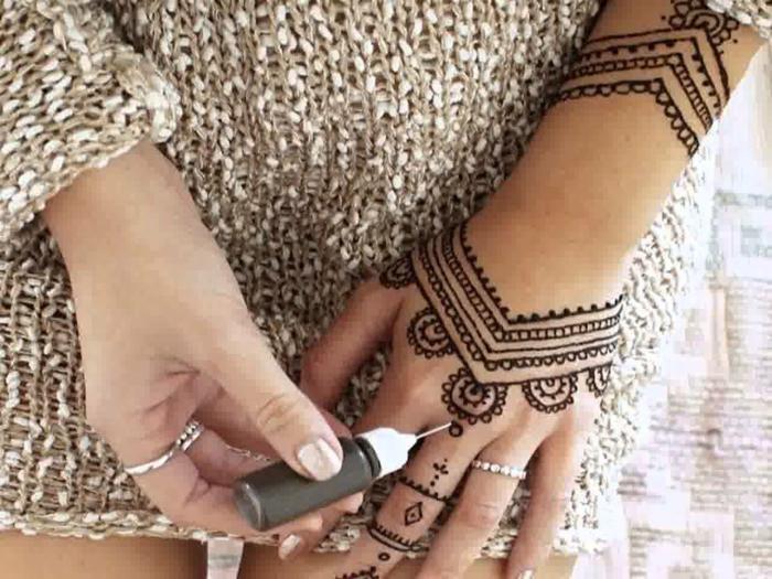 tattoo motive henna tattoo selber machen henna farbe dezente dekorationen auf der hand malen