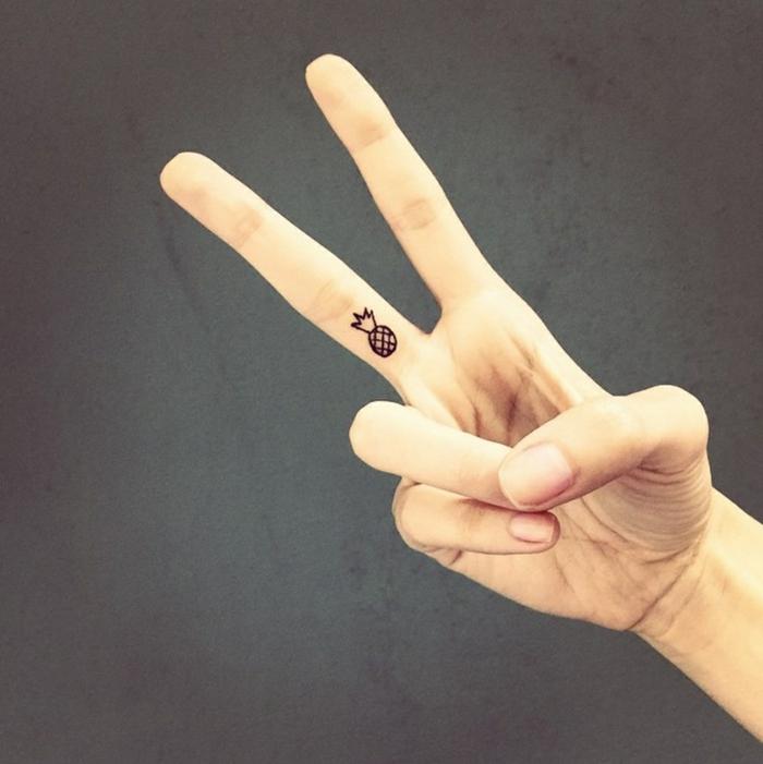 schöne tattoos ananas klein mini dezent tattoo auf finger das zeichen von frieden temporäres tattoo