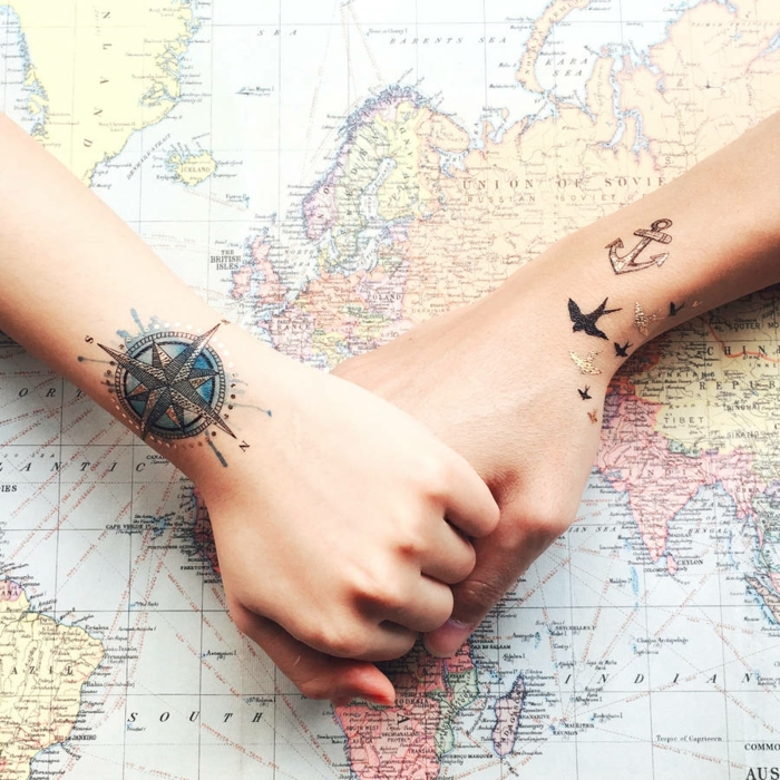schöne tattoos ein verliebtes paar das viel reist kompass vögelchen anker urlaub ferien karte