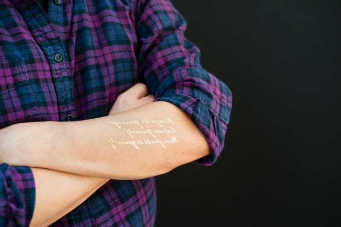 schöne tattoos goldene worte auf dem arm stehen und verschönern dem körper lila blau hemd